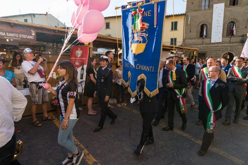 Polgármester, rendőrfőnök és mindenki, aki számít. Fesztiválnyitó felvonulás Greve in Chianti-ban