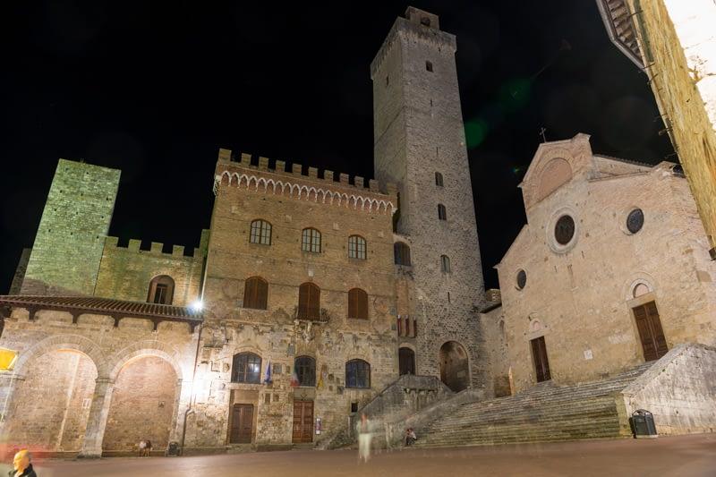 Üres a Piazza del Duomo. San Gimignano