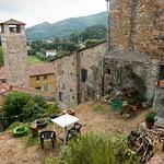 Vicopisano, Toscana - egy használatban lévő kert az ódon falak tövében