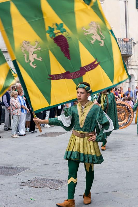 Asciano 7 kerületének mindegyike felvonultatja és versenybe küldi a saját zászlóvivő csapatát