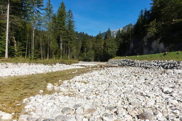 Folyómeder kristálytiszta és jéghideg vízzel valahol Bad Ischl környékén