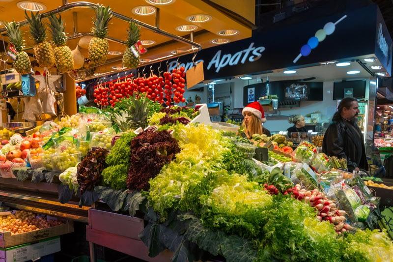 La Boqueria, Barcelona és a világ talán leghíresebb piaca. Persze az eladón Mikulás sapka
