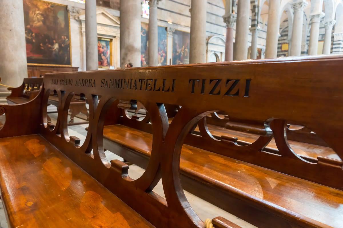 Pisa, Toscana - családok nevei bevésve a Dóm padjaiba
