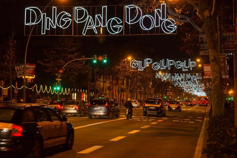 Karácsonyi díszkivilágítás Barcelona híres sugárútján, az Avingula Diagonal-on. Nem veszik komolyan a karácsonyt.