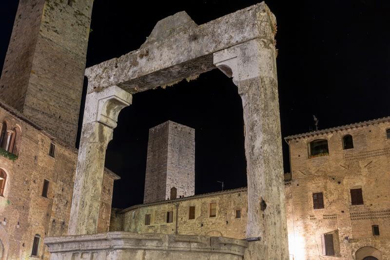 Ciszterna a tér közepén - csillagokkal. San Gimignano