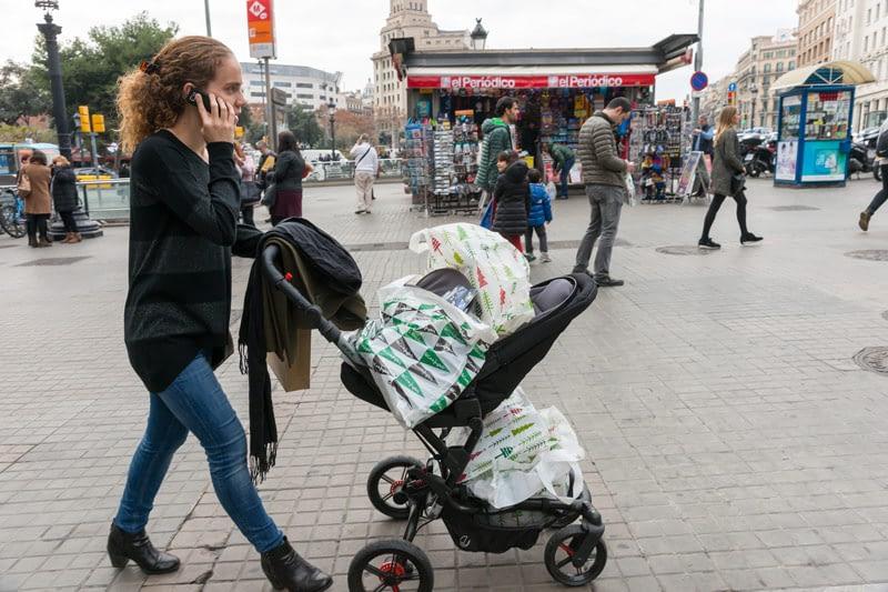 Babakocsi, de benne gyerek helyett a frissen beszerzett ajándékok. Barcelonai utcakép december 24-én