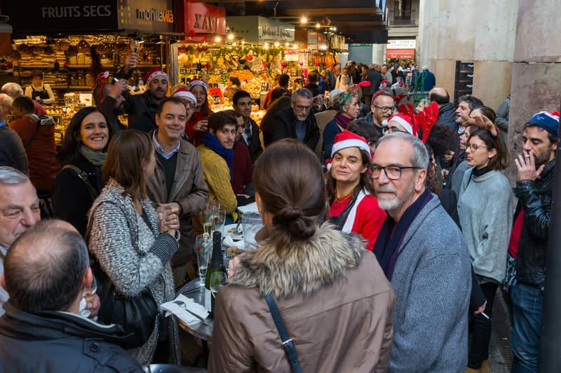 Nem vásárolnak, a karácsonyt ünnepli ez a társaság. Ja, és nagyon örültek a fényképezőgépnek!
