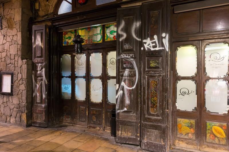 Ez a lepukkant külső Barcelona egyik legjobb éttermét, az 1835 óta működő Los Caracoles-t takarja.