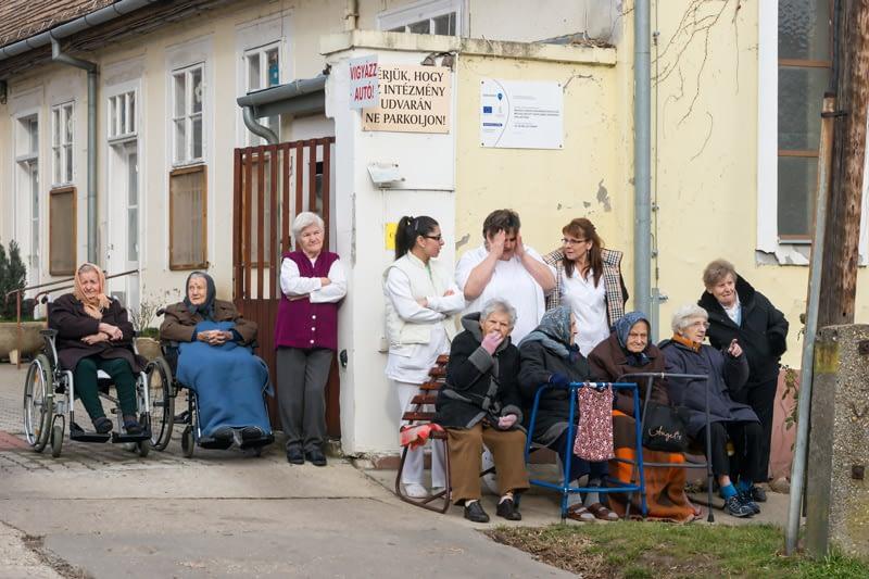A Busójárás mindenkit érdekel. A helyi nyugdíjas-otthon lakói is kiköltöztek aznapra a kapu elé hogy ne maradjanak le a látváányosságról