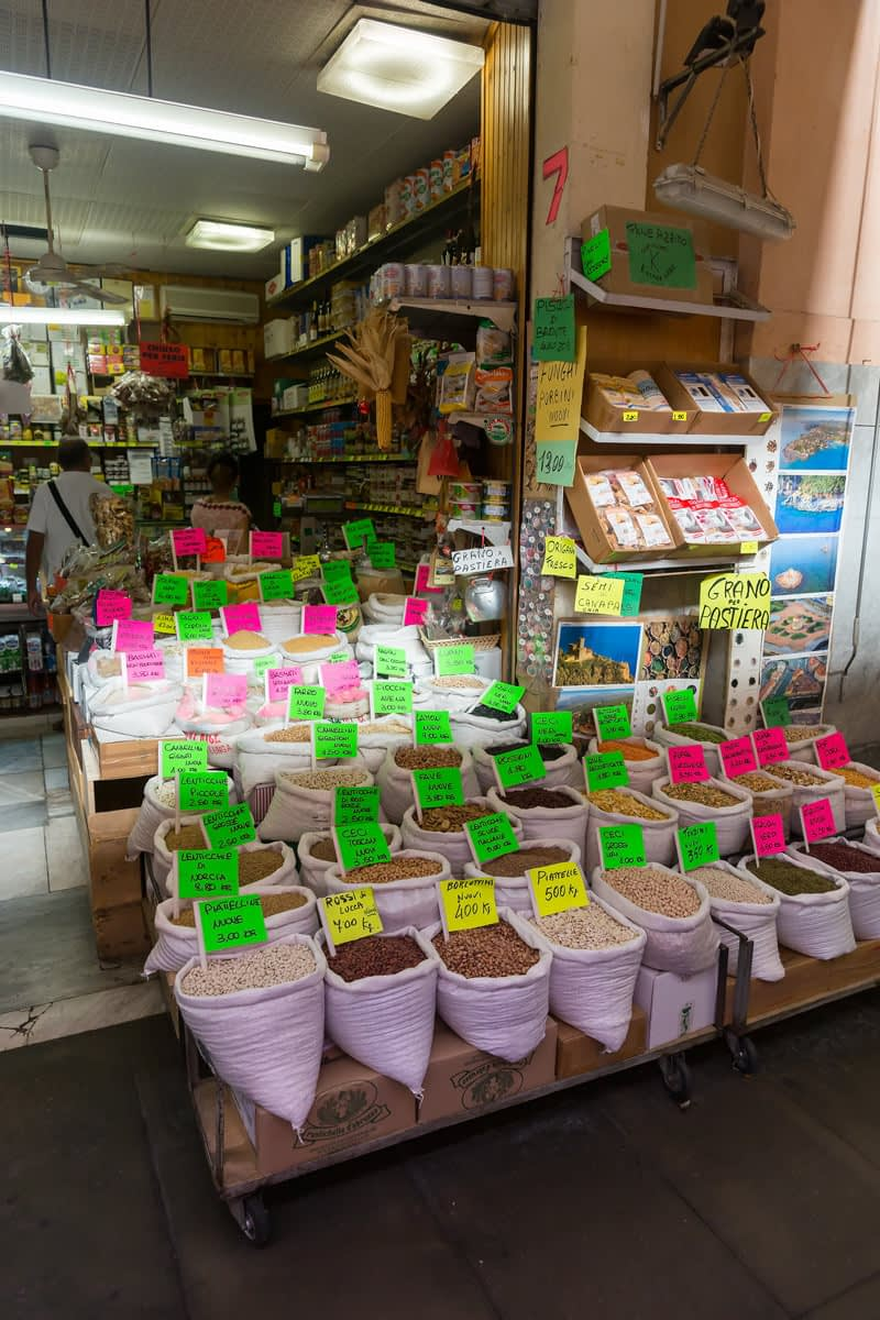 Livorno - rengeteg féle borsó, lencse, csicseriborsó a livorno-i piacon
